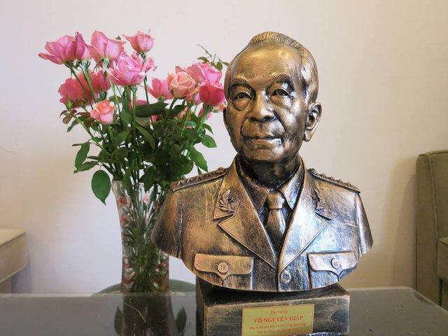 Bức tượng điêu khắc Đại tướng Võ Nguyên Giáp của nhà điêu khắc Lê Duy Ứng.