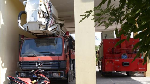 Xe thang chữa cháy 72m đậu trong nhà xe Phòng cảnh sát PCCC Q.Tân Phú, TP.HCM.