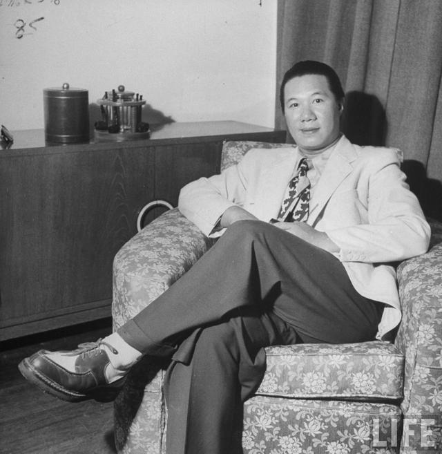 Bức ảnh Cựu hoàng Bảo Đại chụp tại một căn nhà tại Hong Cong. Mặc dù lưu vong nhưng trông ông vẫn rất phong độ.