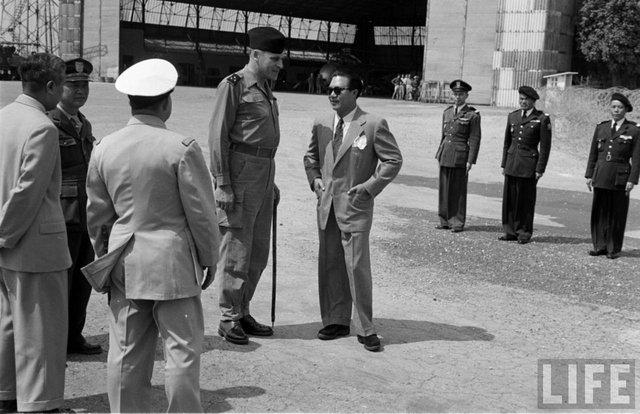 Bảo Đại tại sân bay Gia Lâm, Hà Nội, tháng 3/1954