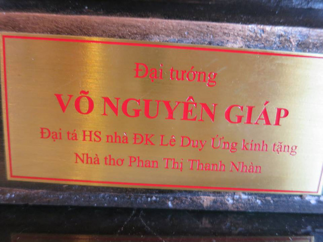 Bức tượng cùng lời đề tặng nhà thơ Phan Thị Thanh Nhàn.