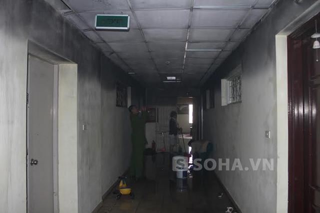 Hành lang tầng 2 chung cư I9 Thanh Xuân Bắc, Hà Nội đã bị ám khói đen nghịt