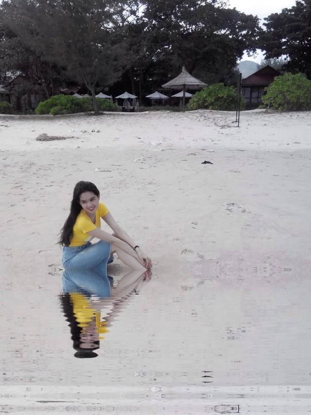 Ngọc Trinh mặc một bộ trang phục đơn giản và trẻ trung