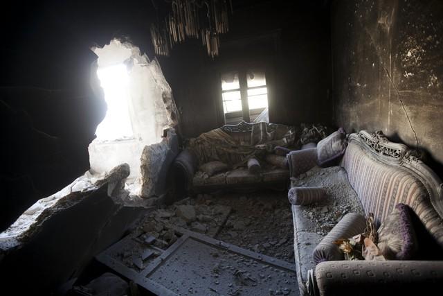 Một căn hộ bị phá hủy bởi đạn pháo xe tăng trong cuộc giao tranh giữa quân đội chính phủ và phiến quân ở Aleppo, Syria, ngày 28/10/2012.