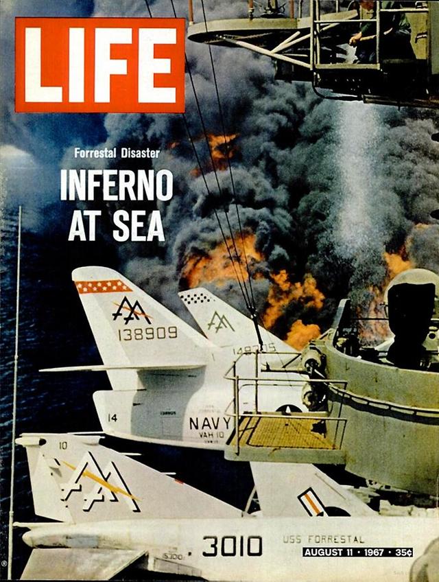 Tàu sân bay Forrestal của Mỹ bị bốc cháy khiến 134 lính Mỹ chết và 29 máy bay bị phá hủy. Số ra ngày 11/8/1967.