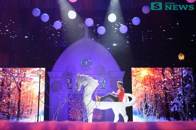 Ngay sau đó, anh ra sân khấu khi cưỡi trên lưng một chú ngựa trắng được tạo hình độc đáo trong chiếc áo màu cam trẻ trung, bắt mắt