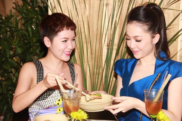 """Lâu ngày có dịp gặp lại, Phương Linh đã đích thân """"chăm sóc"""" Linh Nga rất nhiệt tình, dù đây là bữa tiệc do """"ngọc nữ"""" làng múa chiêu đãi bạn bè."""