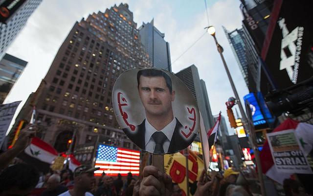 Những người Mỹ gốc Syria và những người dân địa phương tham gia biểu tình ủng hộ Tổng thống al-Assad tại quảng trường Thời đại ở New York, Mỹ.