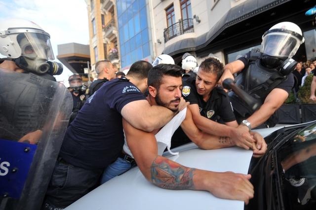 Cảnh sát chống bạo động bắt giữ một người biểu tình chống chính phủ tại quảng trường Taksim ở Istanbul, Thổ Nhĩ Kỳ.
