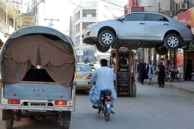 Cảnh sát nâng một chiếc xe ô tô đỗ trái phép về đồn ở Quetta, Pakistan.