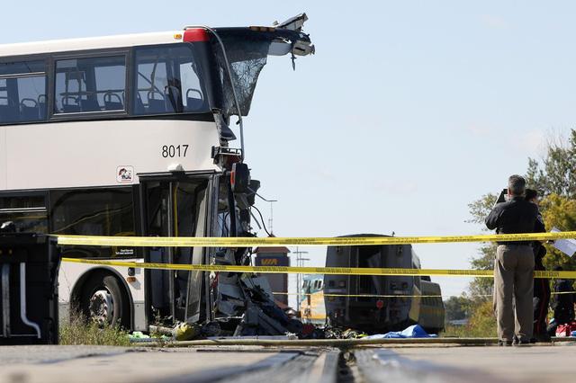 Hiện trường vụ va chạm kinh hoàng giữa xe bus và tàu hỏa ở Ottawa, Canada, khiến 6 người thiệt mạng và 11 người bị thương.