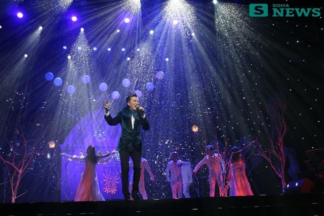 Xuất hiện ở phần đầu chương trình, Đàm Vĩnh Hưng mặc một chiếc áo khoác lông màu xanh sang trọng và phù hợp với tiết trời mùa đông Hà Nội.
