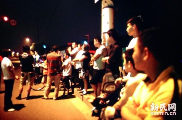 Rất đông người dân đứng bên ngoài nhà máy hóa chất.