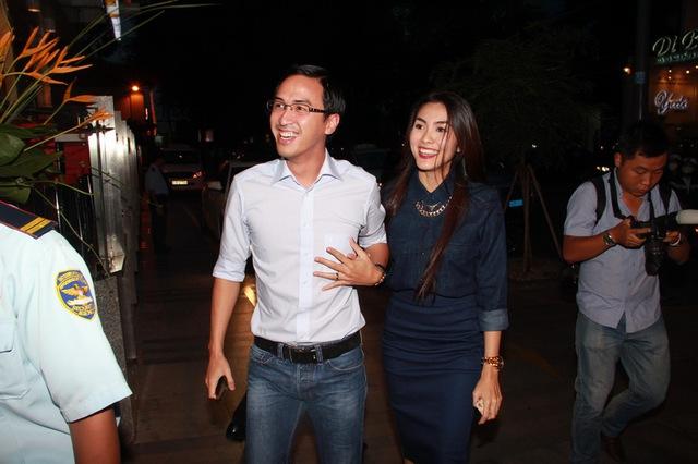 Sự kiện tối qua trở nên náo nhiệt hơn khi có sự xuất hiện của đôi vợ chồng đình đám Tăng Thanh Hà – Louis Nguyễn.