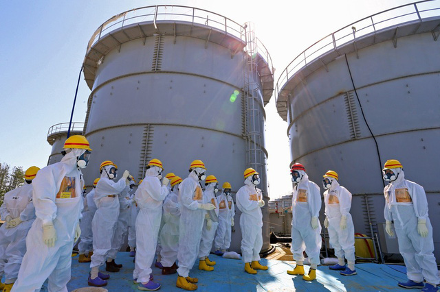 Thủ tướng Nhật Bản Shinzo Abe (thứ 3 từ bên phải) tới kiểm tra các bể chứa nước phóng xạ tại nhà máy điện hạt nhân Fukushima ở Okuma.