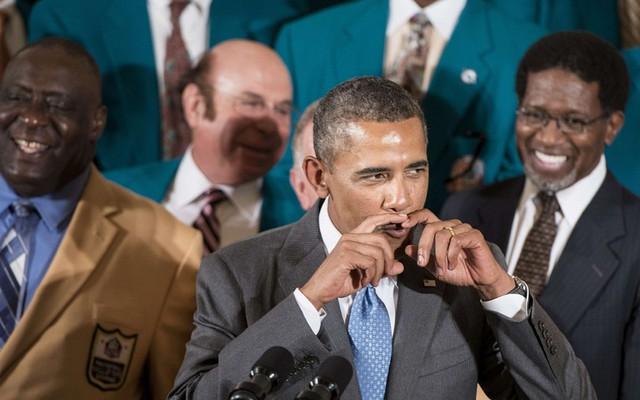 Cử chỉ hài hước của Tổng thống Mỹ Barack Obama khi nói về kiểu ria và tóc của những năm 1970 trong cuộc nói chuyện tại phòng phía đông của Nhà Trắng, Washington, Mỹ.