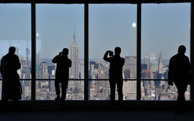 Cảnh thành phố New York bao gồm tòa nhà Empire State Building nhìn từ tầng 68 của tòa nhà Trung tâm thương mại thế giới mới.