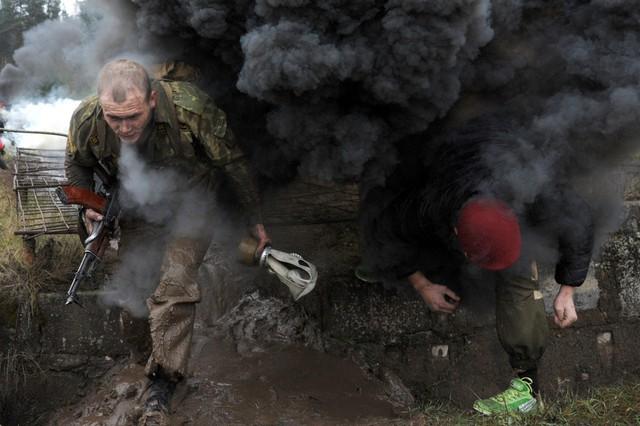 Các binh sĩ tham gia một cuộc diễn tập kiểm tra chất lượng ở ngoại ô thành phố Minsk, Belarus.