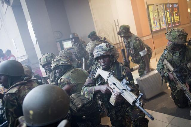Đội đặc nhiệm của quân đội Kenya được triển khai để chiến đấu với một nhóm khủng bố xả súng và bắt con tin tại trung tâm thương mại Westgate ở thủ đô Nairobi.