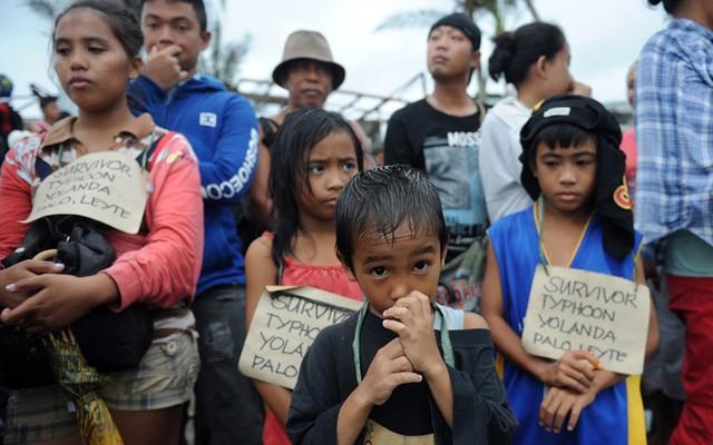 Trẻ em xếp hàng chờ nhận thực phẩm cứu trợ sau siêu bão Haiyan.