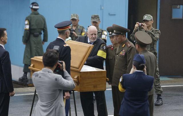 Ba binh sĩ Triều Tiên và một sĩ quan Tư lệnh Liên Hợp Quốc kiểm tra quan tài chứa một binh sĩ Triều Tiên bị phát hiện tử vong trên lãnh thổ Hàn Quốc vào tháng 7 vừa qua.