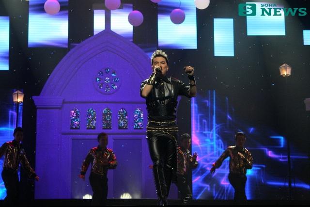 Cuối Liveshow, Đàm Vĩnh Hưng chọn một bộ trang phục khá hầm hố và cá tính