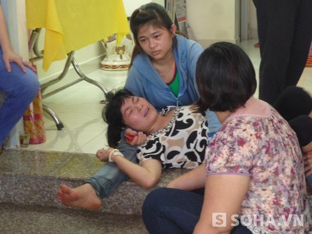 Chị Nhớ (mẹ cháu Võ Phan Kim Thanh 10 tuổi) quằn quại trong nỗi đau mất con