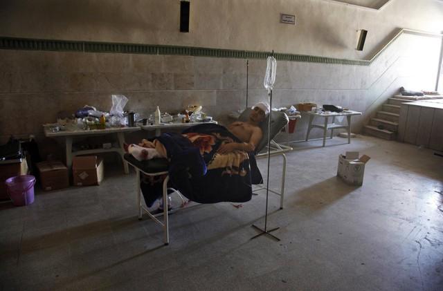 Mahmoud, một người Syria gốc Palestin, nằm điều trị tại bệnh viện dã chiến sau khi bị bắn thương ngày 6/8/2012 tại thị trấn Anadan gần Aleppo, Syria.