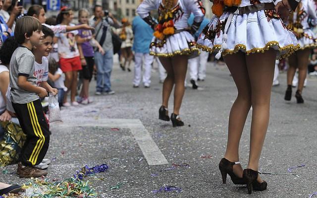 Các cậu bé Bolivia xem vũ công biểu diễn trong cuộc diễu hành đánh dấu lễ hội Day of America ở Oviedo, Tây Ban Nha.