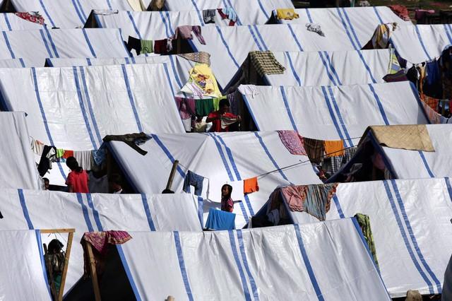 Những người dân sơ tán ở trong những túp lều được dựng tạm trên một sân bóng đá ở Zamboanga, Philippines.