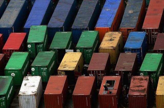 Công nhân sửa chữa container tại cảng Đại Liên, Trung Quốc.