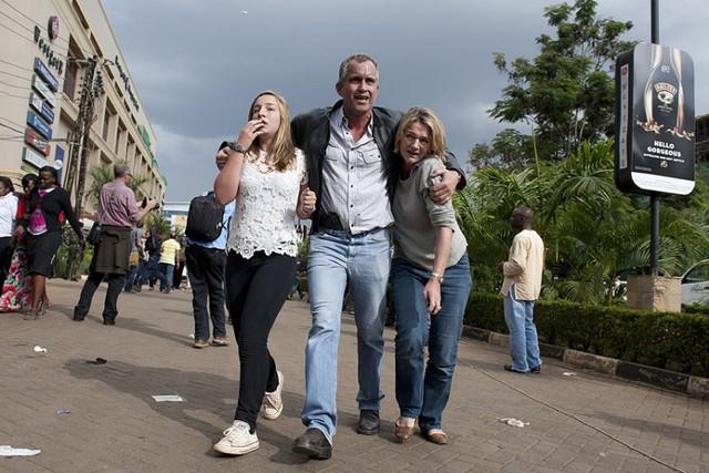 Gia đình có người thân bị bắt cóc chờ tin bên ngoài trung tâm thương mại.