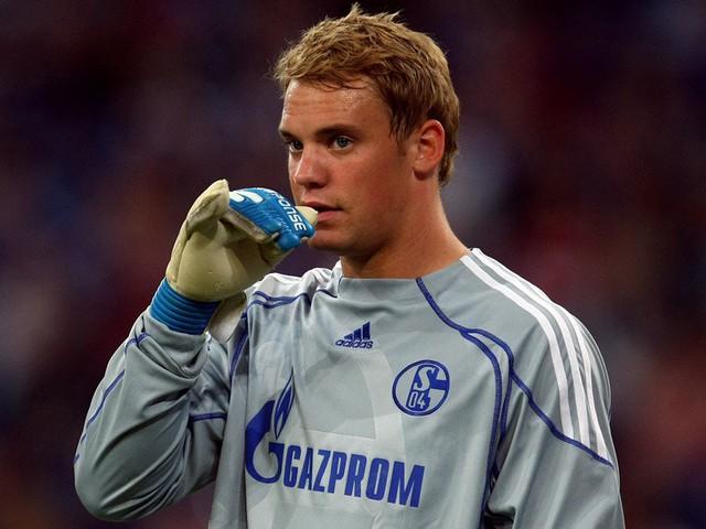 Còn khá trẻ nhưng Neuer đã vội mê tín