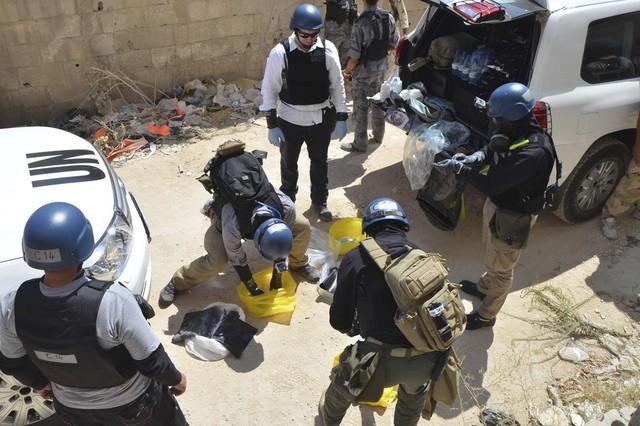 Các chuyên gia vũ khí hóa học của Liên Hợp Quốc chuẩn bị trước khi lấy mẫu tại khu vực được cho là xảy ra một vụ tấn công bằng vũ khí hóa học ở Damascus, Syria.
