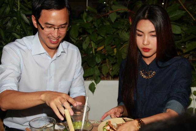 """Ngồi kề cạnh nhau dung bữa tiệc tối, nhưng Tăng Thanh Hà và ông xã lại """"mạnh ai nấy ăn""""."""
