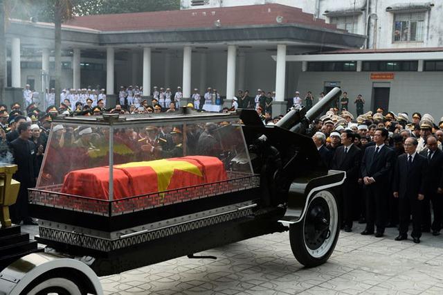 Linh xa của Đại tướng trước Nhà tang lễ Quốc gia