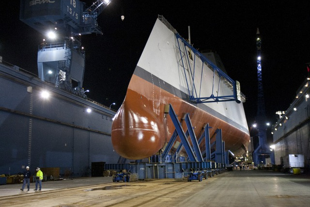 Tàu DDG-1000  đang được di chuyển xuống ụ nổi ngày 25/10.