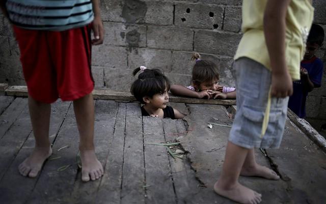 Trẻ em Palestin chơi trước nhà của chúng trong trại tị nạn Jabaliya ở phía bắc Dải Gaza.