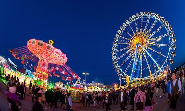 Các vòng đu quay sáng rực rỡ tại lễ hội bia Oktoberfest được tổ chức hàng năm tại Munich, Đức.