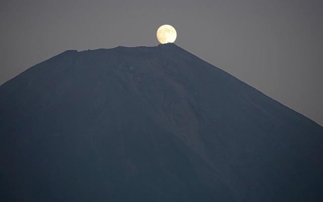 Trăng tròn vào dịp tết Trung thu trên đỉnh núi Phú Sĩ, Nhật Bản.