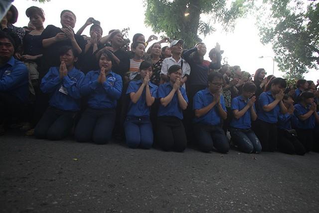 Đoàn sinh viên tình nguyện quỳ sụp xuống khi xe của Đại tướng đi qua. Người dân kêu khóc, hô vang tên Đại tướng Võ Nguyên Giáp