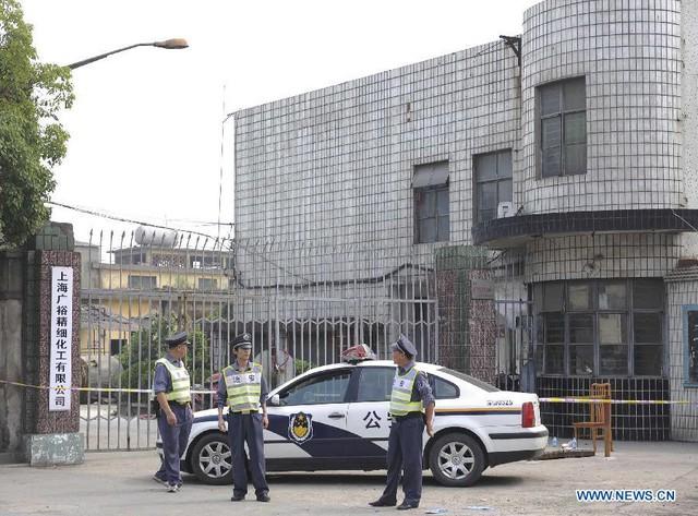 Cảnh sát đứng bảo vệ bên ngoài nhà máy hóa chất ở Thượng Hải vào sáng hôm nay.