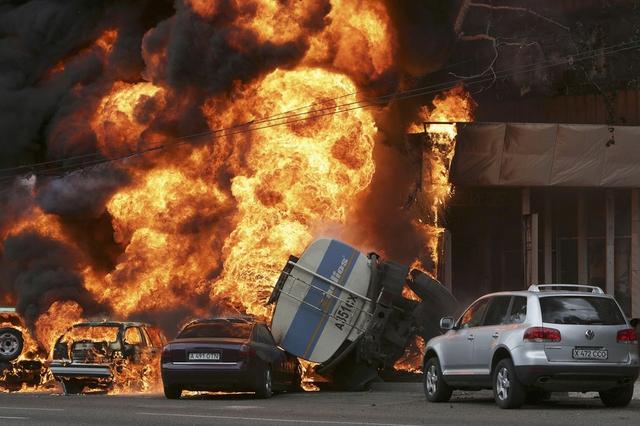 Một chiếc xe chở xăng bị đổ gây ra hỏa hoạn kinh hoàng trên đường phố ở Almaty, Kazakhstan, khiến 1 người thiệt mạng và hàng chục người bị thương.