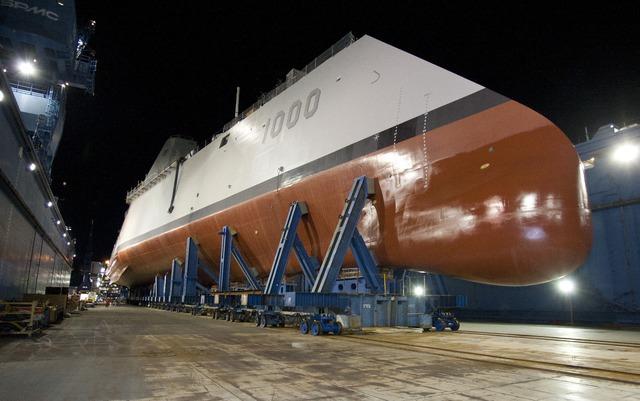 """Tàu khu trục thuộc lớp Zumwalt có đặc điểm thân tàu dạng """"xuyên sóng"""" vì thế không để lại dấu vết, các tàu khu trục này cũng chạy """"êm hơn""""."""