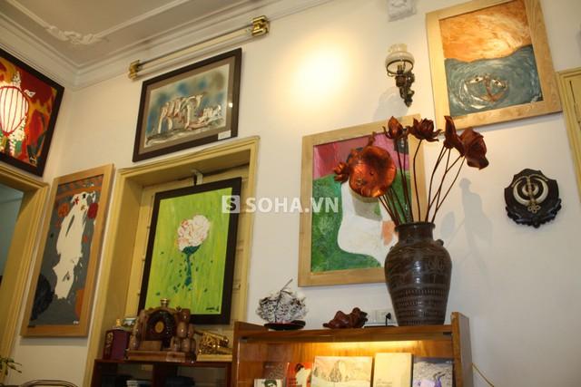 Phòng làm việc của Trung tướng Hữu Ước dành rất nhiều vị trí trang trọng để trưng bày các tác phẩm văn học - nghệ thuật của mình