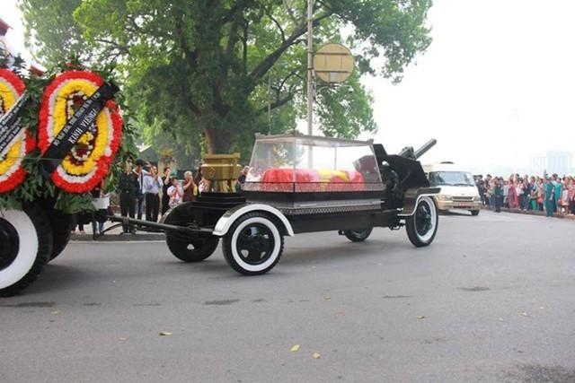Xe linh cữu của Đại tướng đi qua Lăng Bác trong tiếng hô 'Đại tướng muôn năm'