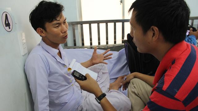 Anh Nguyễn Văn Cương, người duy nhất gọi điện thoại cầu cứu, kể chuyện gặp nạn với PV Tuổi Trẻ - Ảnh: M.Trường