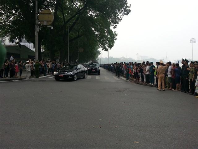 Hàng chục nghìn người xếp hàng chờ Đại tướng đi qua