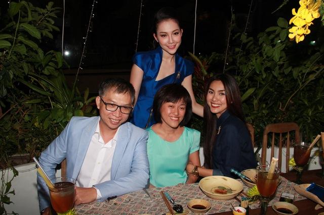 Linh Nga và Hà Tăng chụp hình với vợ chông đạo diễn phạm Hoài Nam.