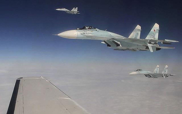 Ba chiến đấu cơ SU-27 của Không quân Nga chặn một máy bay chở khách bị không tặc tấn công trong một cuộc tập trận giả định nhằm kiểm tra khả năng phản ứng nhanh của Không quân Nga. Cuộc tập trận cũng có sự tham gia của Không quân Mỹ và Canada.